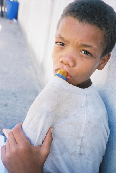 Ein Straßenkind am Klebstoffschnüffeln